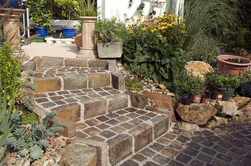 Schody do ogrodu z kostki brukowej, aranżacja, sposoby układania kostki oraz praktyczne porady wyboru odpowiedniego materiału