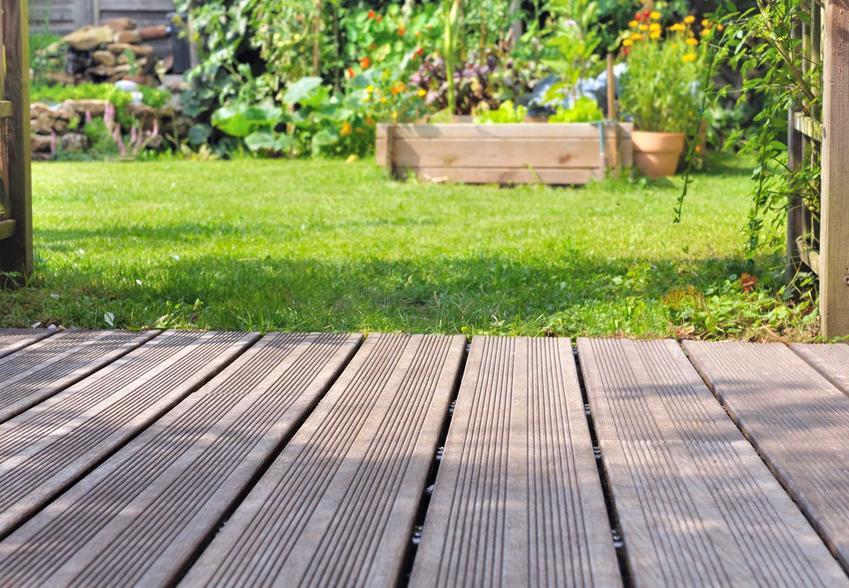 Taras drewniany z desek, a także opinie, wady i zalety oraz szacunkowy koszt tarasów drewnianych krok po kroku