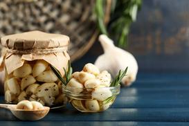 4 najlepsze przepisy na kiszony czosnek - sprawdź je!