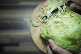 Sałatki i surówki z sałaty lodowej - 5 najlepszych przepisów