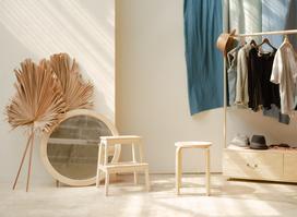 Czy warto zainwestować w stojące wieszaki do garderoby?