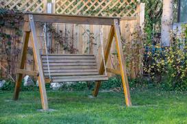 Drewniane huśtawki do ogrodu - rodzaje, ceny, opinie, porady zakupowe