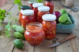 Ogórki po cygańsku - prosty przepis na ogórki w pomidorach