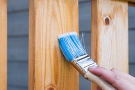 Czym malować drewno na tarasie?