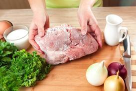 Jak szybko rozmrozić mięso? Oto 5 najlepszych sposobów