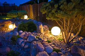 Jak oświetlić ogród? TOP 10 nowoczesnych lamp ogrodowych