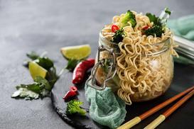 Najlepsza sałatka z zupek chińskich - przepis, wykonanie, ciekawostki