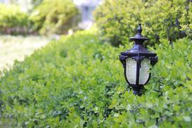 Lampy ogrodowe – dlaczego warto oświetlać ogród i elewację domu?