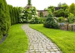Ścieżki w ogrodzie – jak je wykonać tanio i dobrze